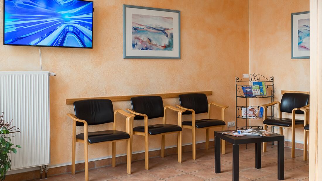 Arzt-Mayen-Sondermann-Praxis-Wartezimmer-b